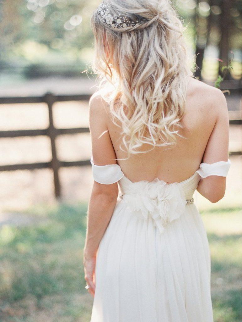 Прическа на свадьбу к платью с открытыми плечами